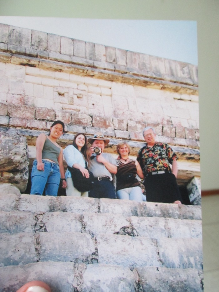 This is from ten years ago, with Kennetta´s family, on top of that same pyramid.